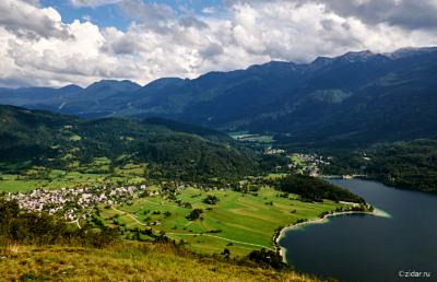 Вид сверху на посадку и долину озера Бохинь